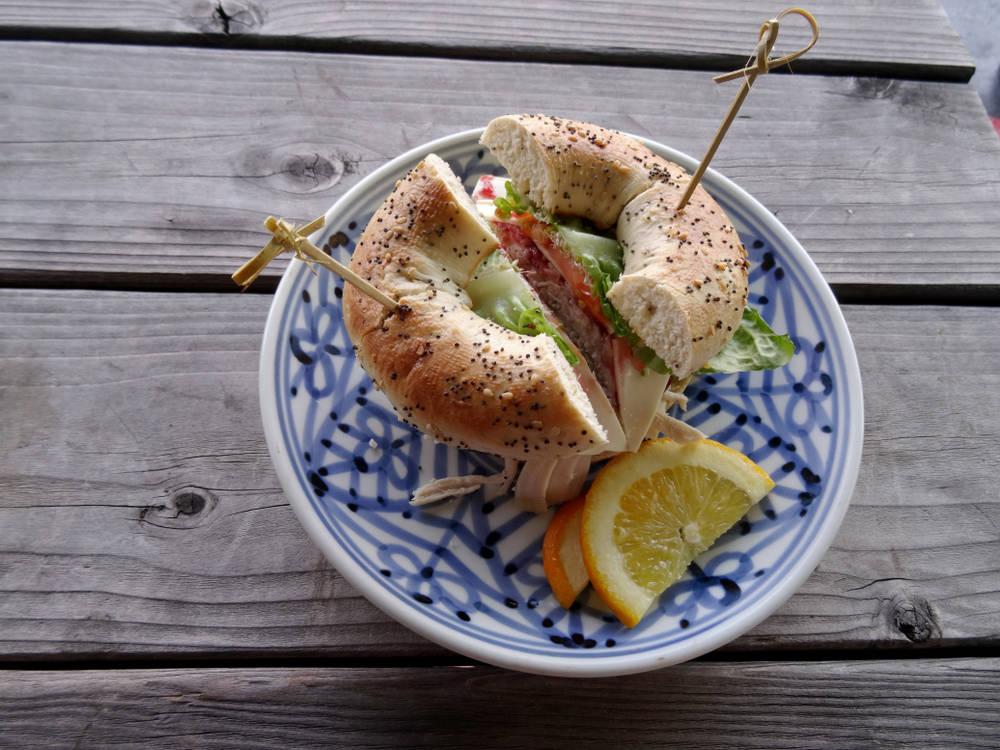طريقة عمل خبز البيغل بالأومليت والجبن
