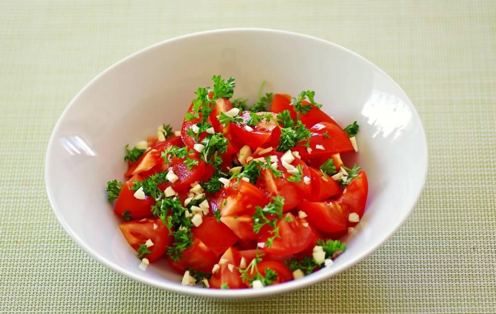 طريقة عمل سلطة الطماطم بالثوم و البقدونس