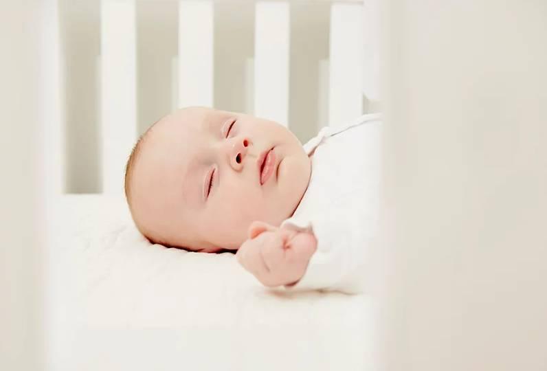 تدريبات لمساعدة الرضيع على النوم ليلًا