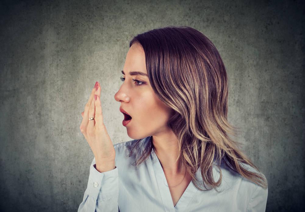 7 خطوات تغلبي بها على رائحة الفم الكريهة