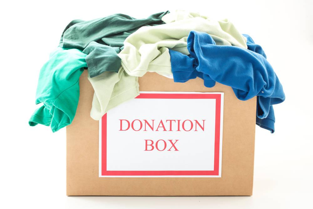 كيف تفرزين ملابسك القديمة قبل التبرع بها؟