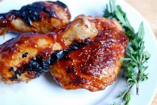 أفخاذ الدجاج بصوص الطماطم