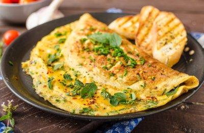 الأومليت من أكثر الوجبات السريعة المناسبة للفطار والسحور والعشاء ، تعرفي على طريقة تحضيرها بطريقة جديدة وفي 10 دقائق  