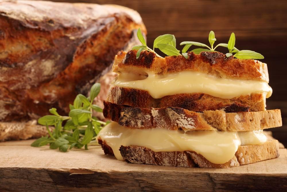 طريقة عمل ساندويتش الجبن الرومي المحمص