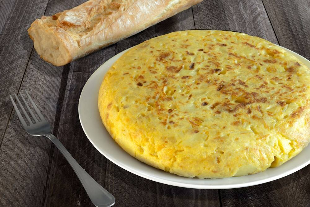 صينية أومليت البيض بالبطاطس المغذية