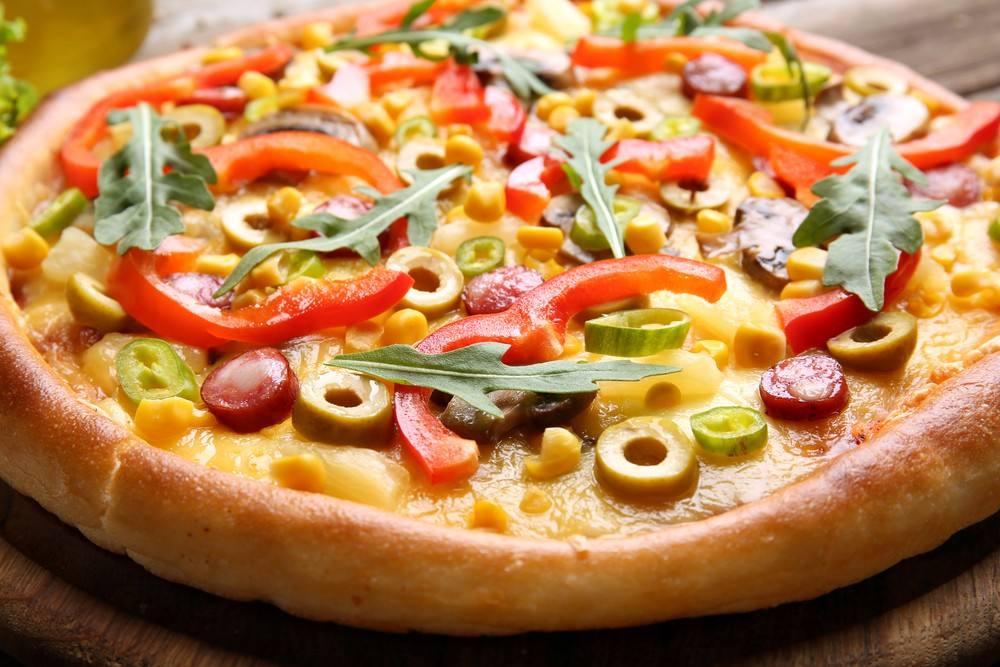 طريقة عمل بيتزا بالخضروات والسوسيس