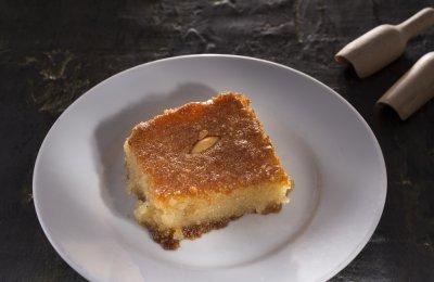 البسبوسة من الحلويات الشرقية الشهيرة، وهي تتكون بشكل أساسي من السميد والسكر والزبادي، وتسقى بالشربات أو القطر لتكون لينة، ويمكن تقديمها مع المكسرات أو القشطة