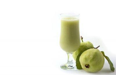 تعرفي مع شملولة على طريقة واحد من أفضل المشروبات الصحية عصير الجوافة باللبن ، الذي يساعد على حماية قرنية العين والحماية من الأنفلونزا  ، كما أنه مفيد لأصحاب الدايت والرجيم فهو قليل السعرات 