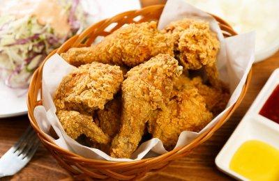 دجاج كنتاكي الشهي واللذيذ، من أشهر الوجبات السريعة في المطاعم المختلفة والتي تحضر بتتبيلة خاصة تكسبها المذاق المميز، وتقدم مع الكايزر والبطاطس المقلية والكاتشب