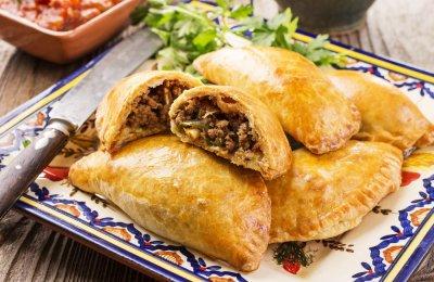 الفطائر من الوصفات المفضلة لدى الكثيرين حيث أنها تحتوي على عناصر غذائية متعددة، ويمكن حشوها باللحم أو الدجاج أو الخضروات أو الجبنة، ويتم تسويتها في الفرن