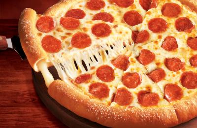 البيتزا من الأطباق الإيطالية الشهيرة، وهي تقدم في كل المطاعم مع اختلاف الاضافات عليها حسب الرغبة، وتعتبر بيتزا ستافد كراست أو محشوة الأطراف من الانواع المميزة وتحتوي على كمية أكبر من الجبنة الموزاريلا