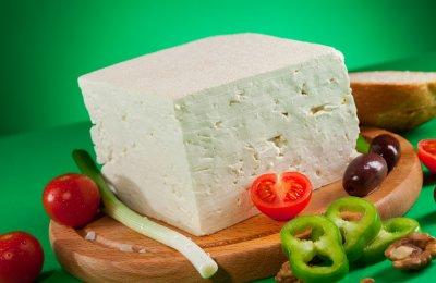 الجبنة من الأطعمة الشهيرة التي تقدم في وجبة الفطور في معظم الدول، وهي أنواع مختلفة مثل الجبنة الرومي والشيدر والموزاريلا والأسطنبولي والقريش
