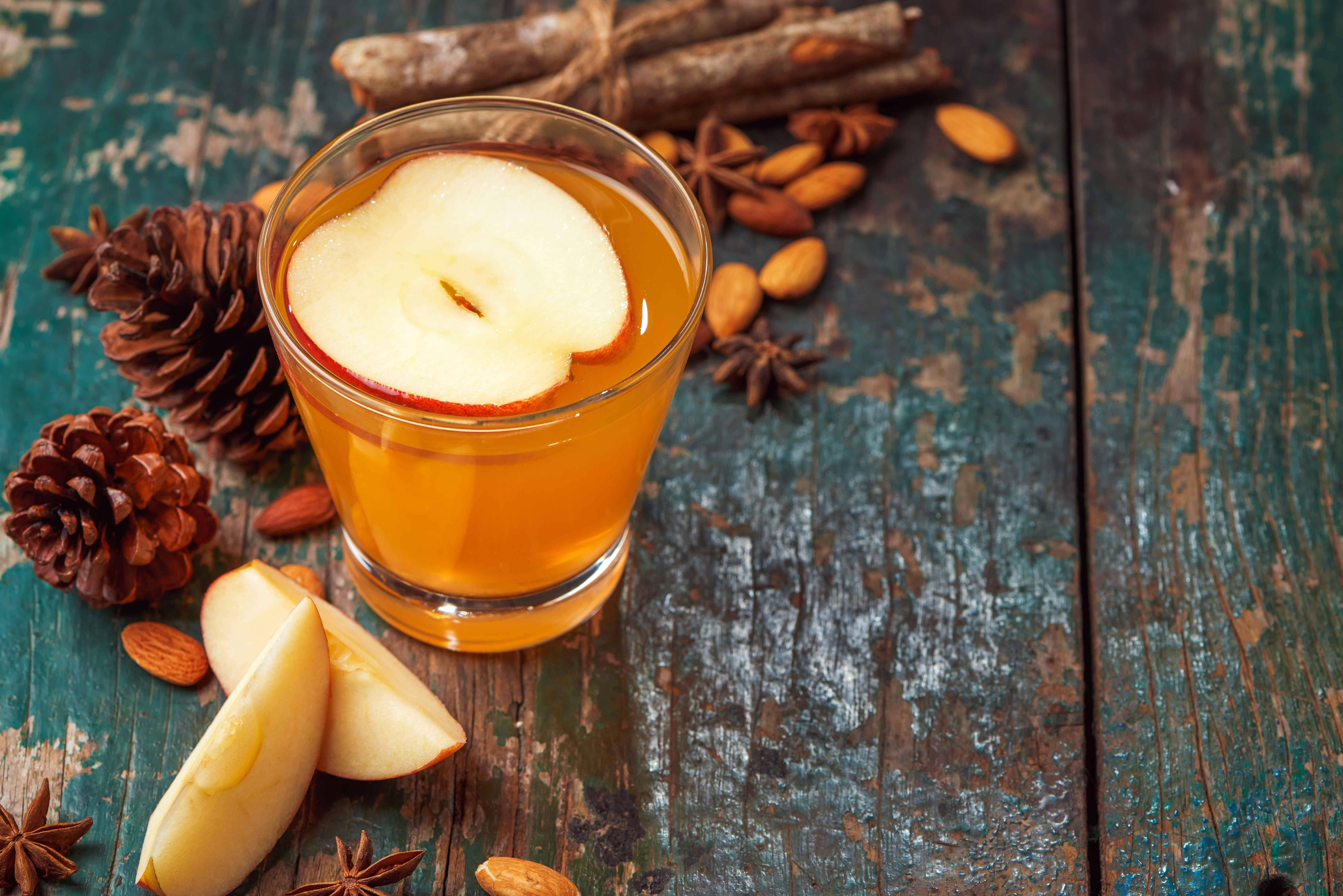 مشروب التفاح بالقرفة واللوز .. حضريه في الشتاء