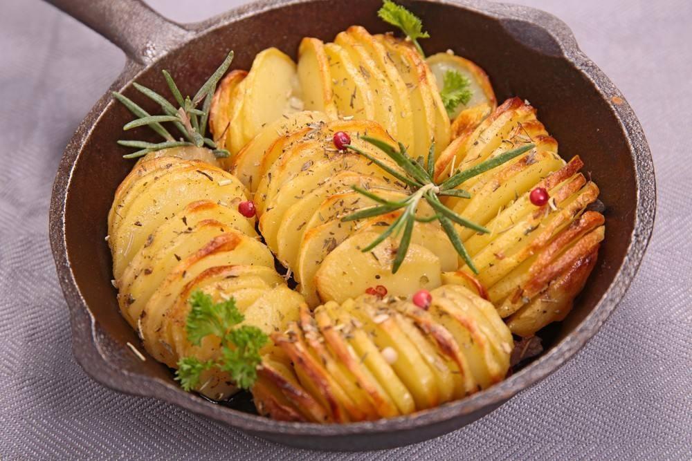 صينية بطاطس بالبصل والأعشاب للنباتيين