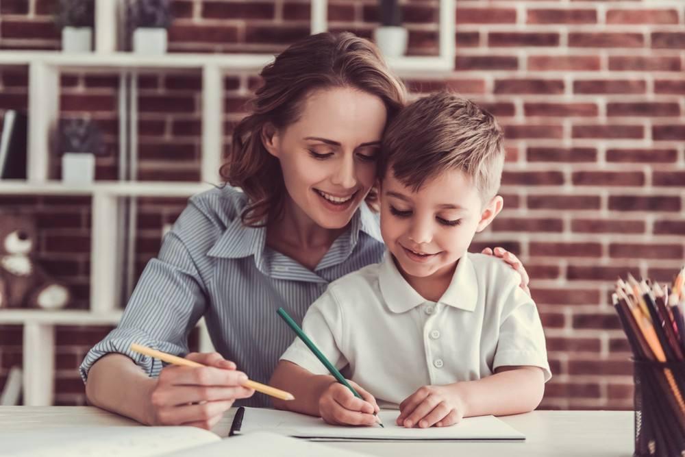 حيل وطرق لتشجيع طفلك على المذاكرة